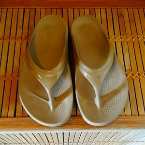🏃♀️☕OOFOS Coffee W/Cream Recovery Sandals Size 7